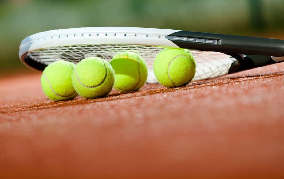 כדורי טניס עם מחבט