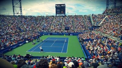 משחק טניס במגרש טניס